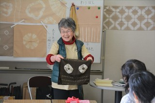 DSC_4772_祖母が作った草木染めの手ぬぐいを紹介する鈴木サナエさん.jpg